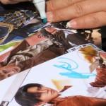 Reika gibt Autogramme