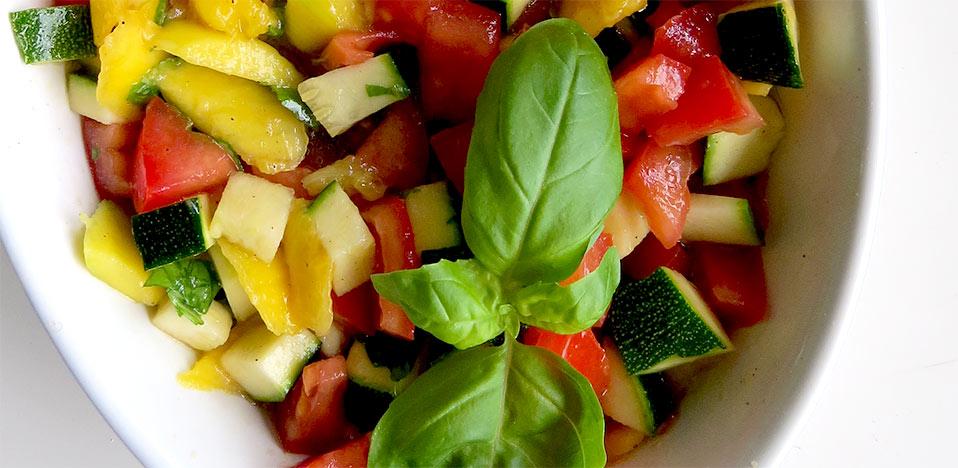Zucchini, Mango, Tomate und Basilikum