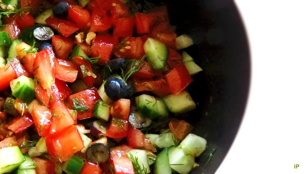 Kreuzbunt-Salat mit Dill und Blaubeeren
