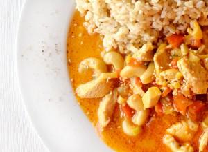 Hühnchen in Kokosmilch und Massaman Curry Paste