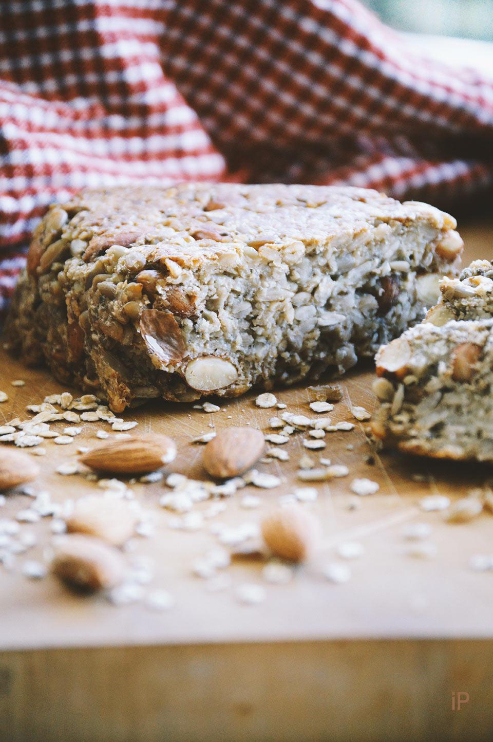 selbstgebackenes Brot mit Mandeln statt Mehl