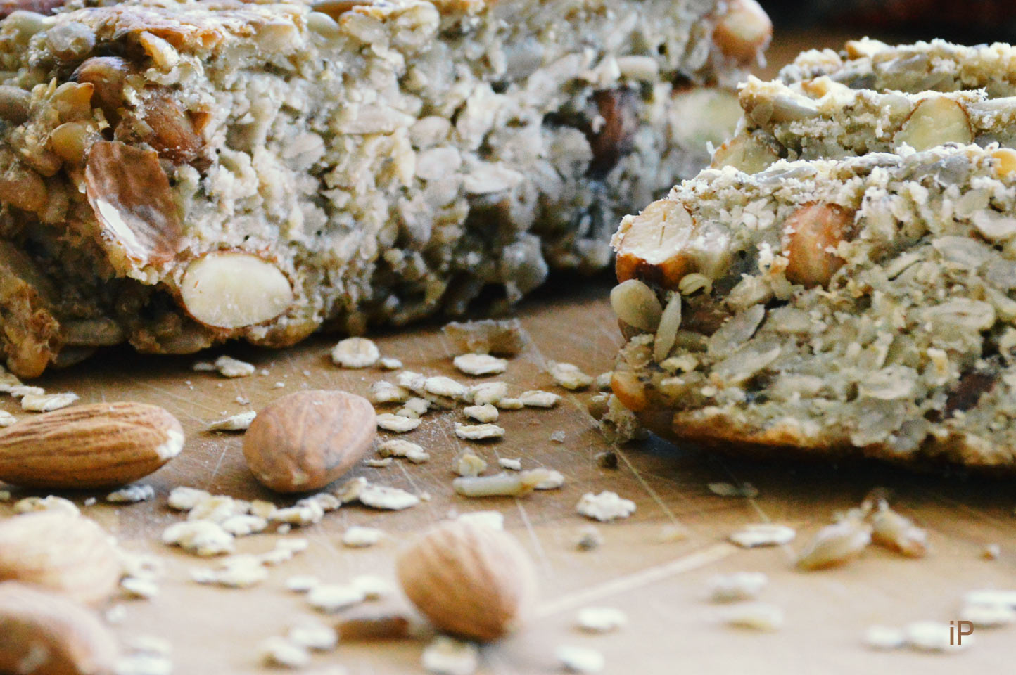 selbstgebackenes Brot mit Sonnenblumenkernen statt Mehl